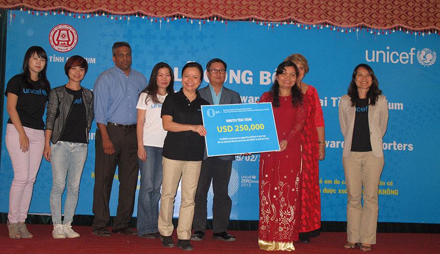 Trao tặng quỹ cho chương trình hỗ trợ trẻ em của UNICEF tại tỉnh Kon Tum (REE 100.000 USD, Bà Mai Thanh 15.000 USD)